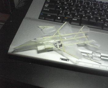 今回の凧のテストに使った1/10の模型。御覧のとおり、垂直尾翼の強度が弱点だと判明しました。 :: 123_3.jpg  : 19 KB